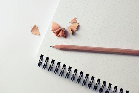 Un carnet et un crayon de papier, un de mes petits bonheurs - toute l'année.