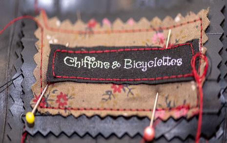 Gros plan d'une étiquette Chiffons & Bicyclettes