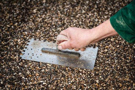 Mitarbeiter arbeitet mit Steinmaterialien
