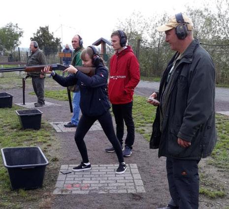 Lissy Willy von der Schützengilde Burg beim Trapp-Schießen.
