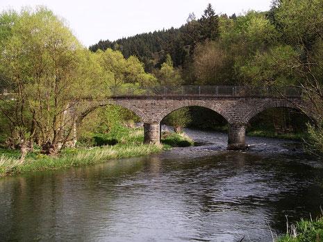 Die Rundbogenbrücke über die Eder in Beddelhausen ist ein denkmalgeschütztes Bauwerk im Kreis Siegen-Wittgenstein.