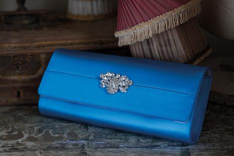 blaue, eingefärbte Handtasche