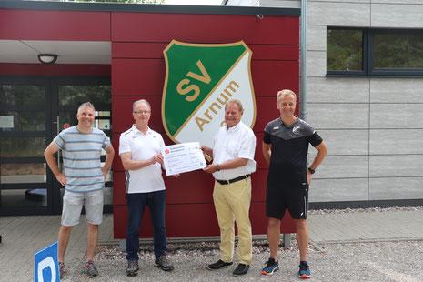 Foto: v.l.n.r.: Bastian Ammoneit (Spartenleiter Fußball der SV Arnum), Burghard Neumann (Niedersächsischer Fußballverband), Harald Gries (1. Vorsitzender SV Arnum), Andreas Klempt (Jugendleiter SV Arnum Fußball)