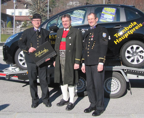 Landeshauptmann Günther Platter mit Obmann Hannes Laner und Kapellmeister Max Egger bei der Präsentation des Tombolahauptpreises in Vomp