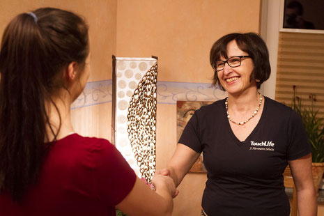 Masseurin Jutta Hartmann-Schulte im gemütlichen Massageraum bei der Begrüßung - vor 2020