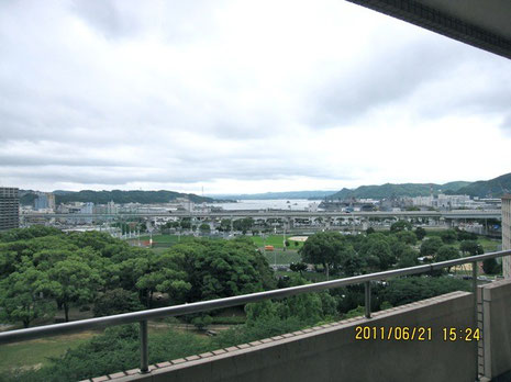 見晴らしの良い病院の休憩室からは、佐世保港と、米軍基地、自衛隊領域が良く見えた。
