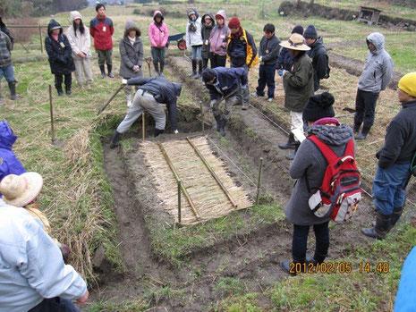 スタッフの方が稲の苗床の下準備作業をやってる所を、見学してるところ。慣行農業(従来の農業)にはない作業工程で大変興味深い。
