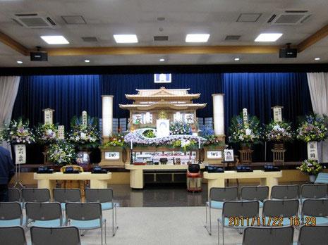 通夜と告別式が行われたベルホールSAZA。明るい感じの所で生花の装飾も綺麗だった。