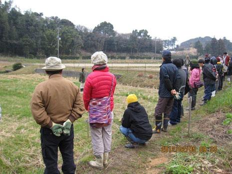 畑を囲んで、案内人、村山さんから説明がある。実に自然体で和やかな雰囲気だ。