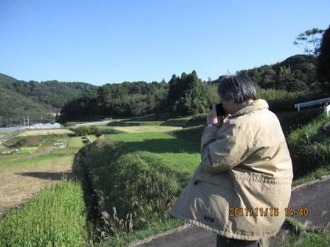お米プロジェクトの田圃を撮影されるIさん。快晴の日で何よりだった!