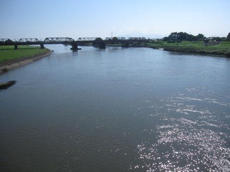 夏の終わりの菊池川河口、あたりには牧歌的な風景が広がる。
