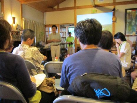 美しい飯館村のスライドとともにお話される、村上さん。