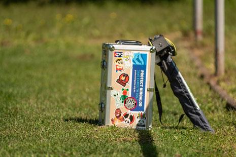 Praktisch: der Koffer meines Nikkor AF-I 300mm ist nicht nur für den Transport des Schwergewichts geeignet, sondern dient mir auch öfters als Sitzgelegenheit!