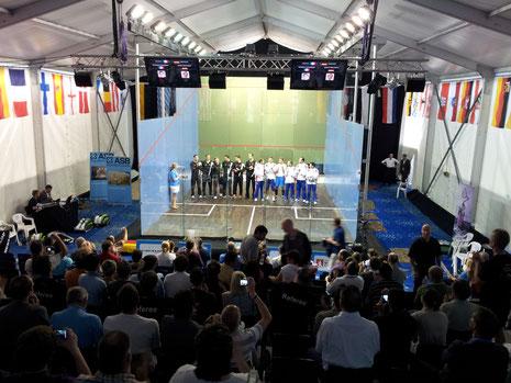 Einlauf der Teams beim Männer-Halbfinale: Deutschland (li), Frankreich (re)