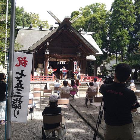 十社大神の拝殿前で開催された令和二年のフォークソングコンサート