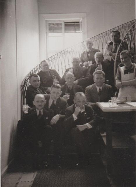 Als das Palais Weimar als Kurhaus genutzt wurde, sitzen die Kurgäste auf der Freitreppe und trinken Mineralwasser - rechts Frau Anna Krüger, damals Brunnenmädchen - Quelle  Susanne Krüger