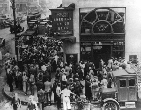 Menschen stürmen Bank 1929