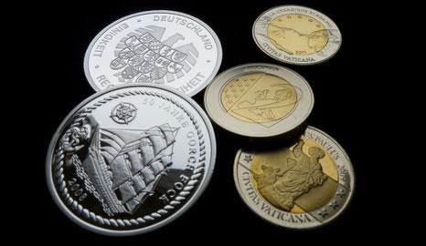 Medaillen, den 10-Euro-Stücken und 2-Euro-Stücken nachempfunden