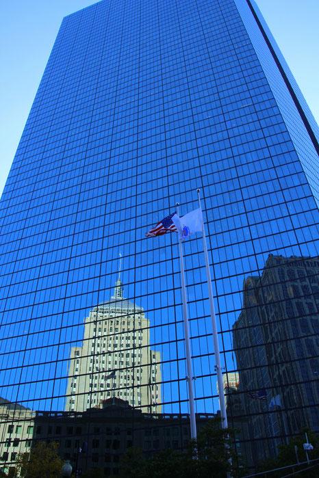 Der John Hancock Tower ist mit 241 Metern und 60 Stockwerken das höchste Gebäude in Boston .