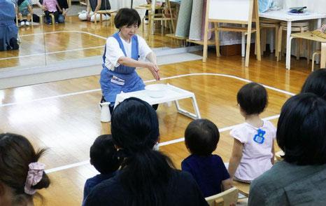 未就園児・親子クラスで、モンテッソーリの個別活動の中の手を洗う活動をていjいしています。両手を合わせて先を下に向け、水をしっかりきるところがポイントです。、