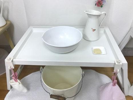 モンテッソーリの活動で日常生活の練習として、手を洗う活動を行っています。