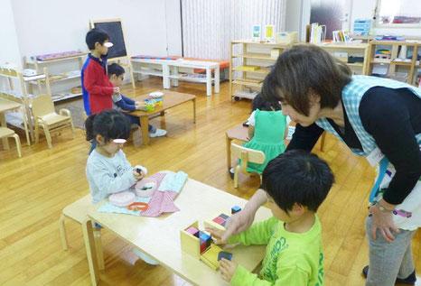 幼児教室の幼稚園児クラスでは、モンテッソーリ活動でひとりひとりが集中してお仕事をしています。
