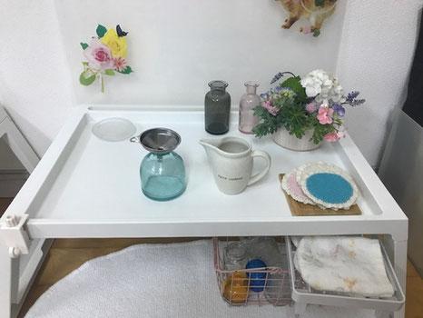 モンテッソーリの個別活動で、日常生活の練習として、生花の活動を用意。じょうごを使って花瓶に水を注ぎ、好きな花を生けます。
