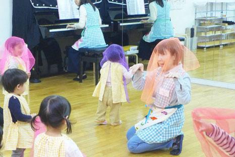 幼児教室のフィオーレコース(2歳児)で、スカーフを使ったリトミックをみんなで行っています。