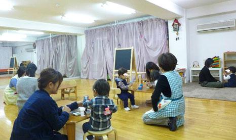 幼児教室のピッコロ(0歳児)、ステッラコース(1歳児)が親子でモンテッソーリの活動に取り組んでいます。
