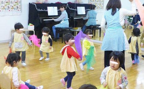 幼児教室のフィオーレコース(2歳児)では、スカーフを使ってリトミックを行っています。