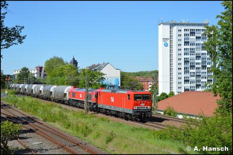 143 020-6 (MEG 608) zieht vor 077 012-8 (MEG 321) den Leerzementzug aus Regensburg durch Chemnitz-Süd (6. Mai 2018)