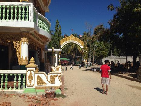 (写真上:パレ・ヤーダナー寺院学校の校門)