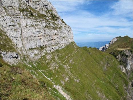 Aus diesem steilen Gebiet auf ca. 1700 m. ü. M. barg und evakuierte die REGA die Verstorbene.