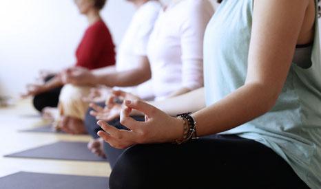 Frauen im Lotussitz bei der Meditation