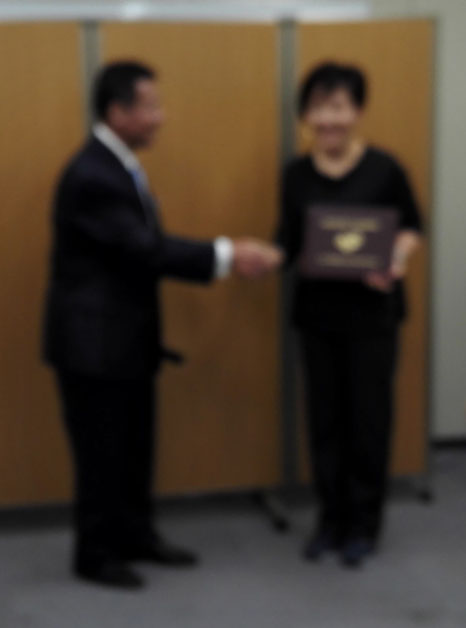 見づらいですが。。。尊敬する&親愛なる佐藤先生との握手で、照れる私(笑)