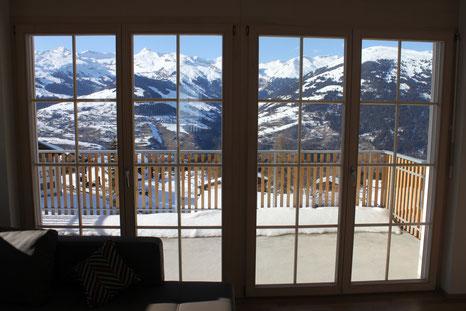"""Ferienwohnung """"La Foppa"""", Blick aus dem Wohnzimmer mit Balkon"""