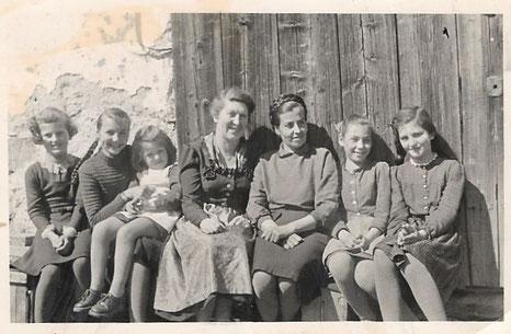 Frau Rosa Kaltenbrunner mit der Landärztin, ihren Töchtern Gerti und Helga sowie Mädchen aus der Nachbarschaft um 1954