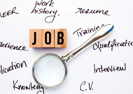 Illustration de recherche d'un job, avec des lettres de scrabble posées sur un fond blanc et une loupe.