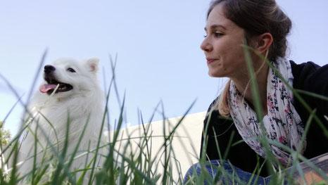Vanessa ANDRE, fondatrice de MAE médiation animale - accompagnée de son chien Naoki.