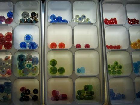 種類、カラーでビーズを分別して収納しています。