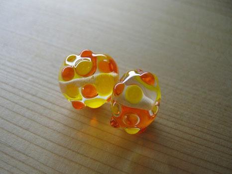 オレンジとイエローを配したガラスのジュエリーですっ!