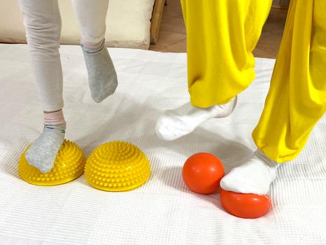 Mit dem Fuß auf einem Ball gehen um zu aktivieren