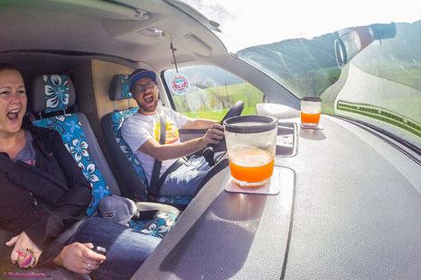 Unterwegs beim Autofahren mit den Gläsern von silwy magnetic drinkware