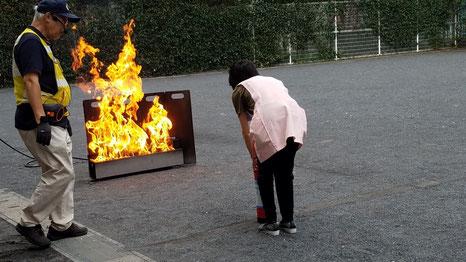 実際の火炎に向かっての消火体験訓練