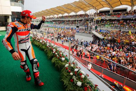 MotoGP in Sepang - Marc Marquez jubelt der Zuschauermenge vom Podium aus zu.