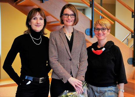 Der neuegewählte Kantonsrichterin Claudia Wetter (Mitte) gratulierten u.A. die Präsidentin der SP Frauen St.Gallen, Margrit Blaser Hug (links) und Vizepräsidentin der SP Frauen St.Gallen und Vertreterin der SP Alttoggenburg, Petra Kohler