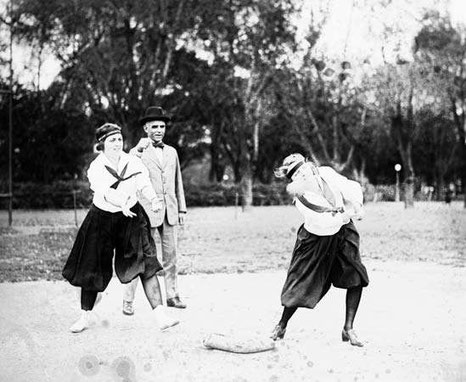 Nella foto due donne giocano a softball nel 1919 (National Photo Company Collection/Library of Congress, Washington, D.C. (reproduction no. LC-DIG-npcc-00406)