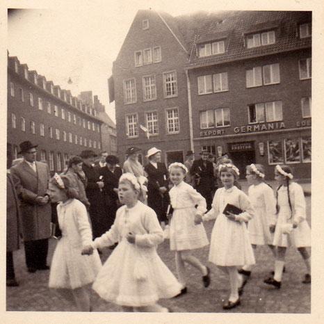 Erstkommunion - Im Hintergrund Gaststätte Freitag Mitte der 1950er Jahre