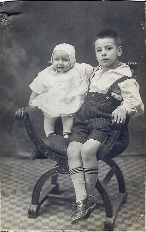 mio padre bambino con sua sorella
