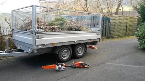 Grünanlagenpflege Anhänger mit Säge und Heckenschere